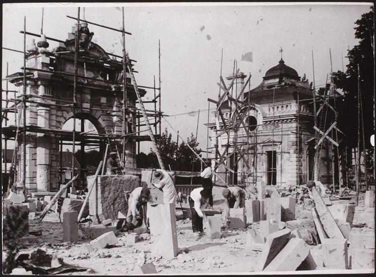 Blérancourt, ouvriers travaillant à la restauration d'un pavillon et du portail