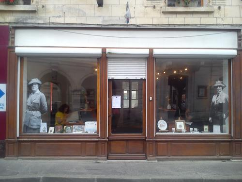Anne Murray Dike et Anne Morgan sur la vitrine de l'Office de Tourisme de Blérancourt