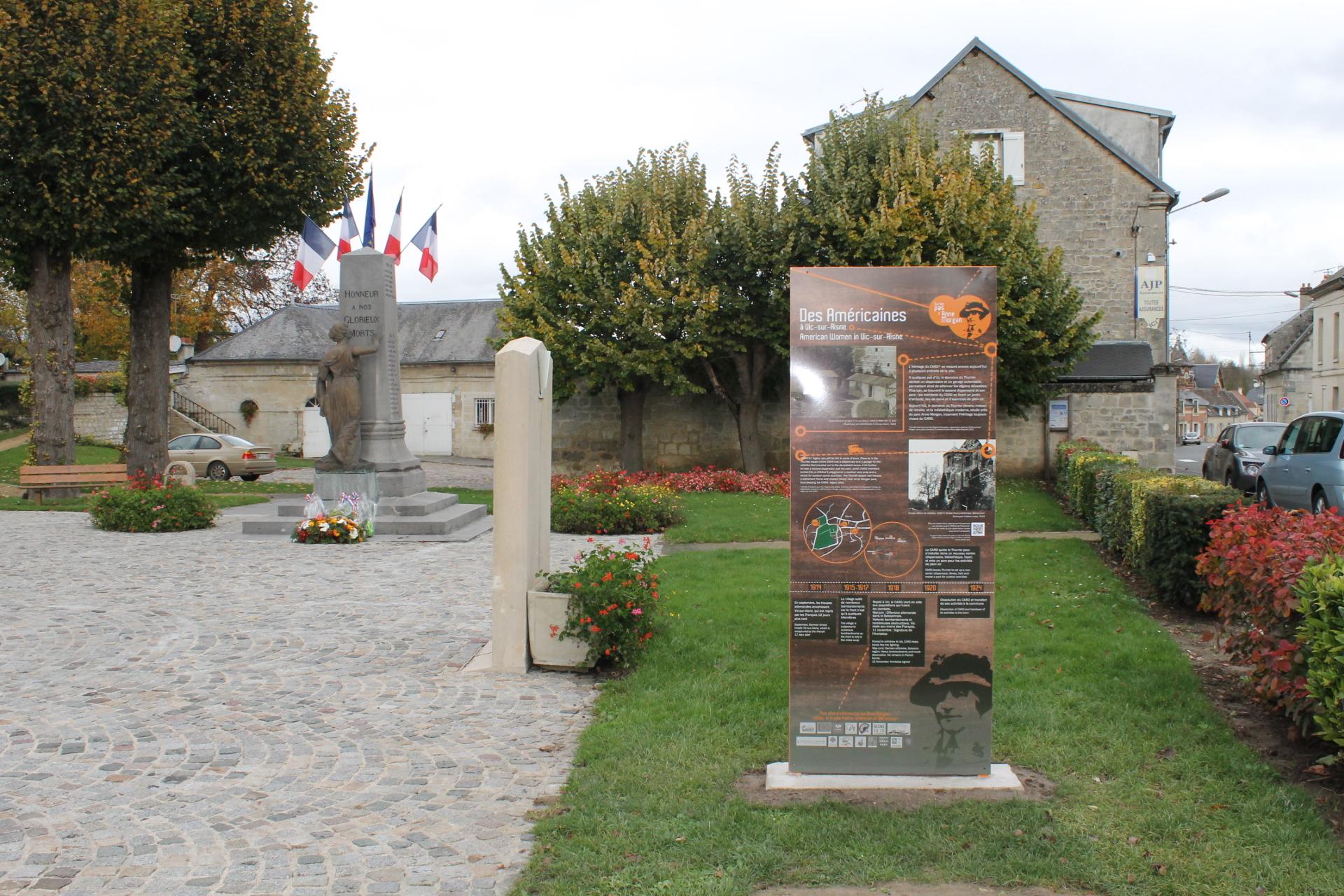 Totem du Circuit Anne Morgan sur la place de Vic-sur-Aisne
