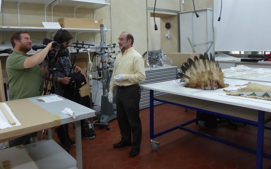 Tournage autour du Costume de Spotted Weasel avec Régis Prévot (C2RMF), Vincent Froelhy et Corentin Baeulmer